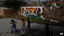 Trẻ em chơi bóng trước khu nhà ổ chuột Jacarenzinho ở Rio de Janeiro