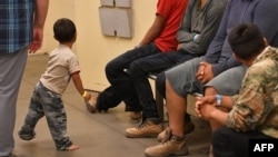 Jóvenes migrantes, en el Servicio de Aduanas y Protección Fronteriza de los Estados Unidos en Tucson, Arizona, durante una visita de Melania Trump.