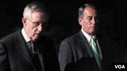 Ketua mayoritas Senat AS Harry Reid (kiri) dan Ketua DPR AS John Boehner mencapai kesepakatan anggaran dengan Presiden Obama, Jumat malam (8/4).