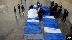 시리아 알레포에서 16일 저격수의 총에 맞아 숨진 시신 31구를 거둬들인 적신월사 관계자들.