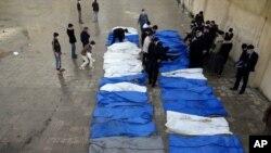 31 mayat yang dikumpulkan oleh petugas Palang Merah Bulan Sabit di jalanan kota Aleppo, Selasa (16/4).
