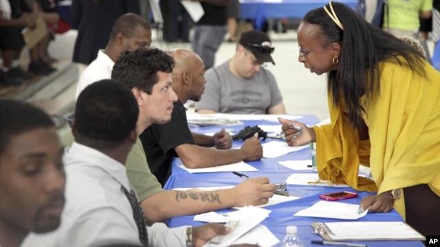 Kandidati za poslove u građevinskim firmama popunjavaju prijave u Njujorku