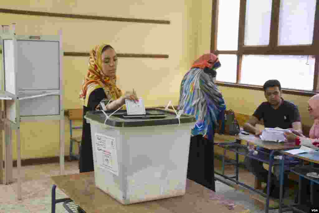 Women vote in Cairo, May 27, 2014. (Hamada Elrasam /VOA)