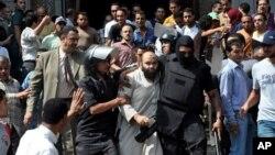 Polisler tarafından Fatih Camisi'nden dışarı çıkarılan Mursi yanlıları