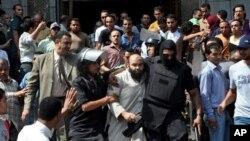 이집트 군경이 17일 카이로의 이슬람 사원에 피신해 있던 시위자들을 체포하는 모습