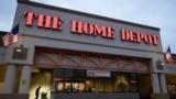 位於波士頓的一家家得寶(Home Depot)超市的大門口。(2020年1月27日,資料照片)