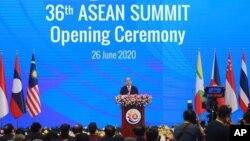 Thủ tướng Nguyễn Xuân Phúc tại buổi khai mạc Hội nghị Thượng đỉnh ASEAN trực tuyến từ Hà Nội hôm 26/6. Việt Nam thay mặt khối đưa ra một tuyên bố chung về Biển Đông mà truyền thông quốc tế nói là một thông điệp mạnh mẽ gửi đến Trung Quốc.