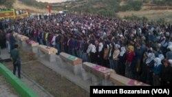 Des membres du PKK tués dans des heurts avec l'armée turque sont enterrés à Lice, Diyarbakir, en octobre 2015.