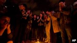 2일 중국인들이 촛불 기도회를 열고 철도역 테러 희생자들의 넋을 기리고 있다.