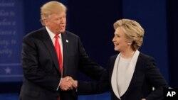 第二次辯論10月9日晚在聖路易斯的華盛頓大學舉行。辯論後川普與克林頓握手。