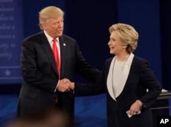 Tartışma programının başında el sıkışmayan Donald Trump ve Hillary Clinton, tartışma bitiminde el sıkışarak ayrıldı.