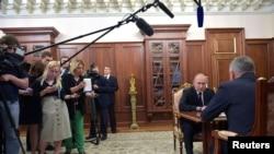 Журналісти на розмові російського президента з міністром оборони в Кремлі