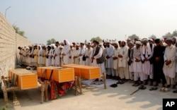 Kabilin şərqində Cəlalabadda NATO-nun hava hücumu nəticəsində ölən mülki vətəndaşların cəsədləri önündə dua oxunur.