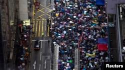 2013年7月1日亲民主示威者上街要求普选并敦促香港的行政长官梁振英下台