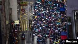 Puluhan ribu demonstran pro-demokrasi Hong Kong memadati jalan di Taman Victoria menuntut demokrasi penuh hari Senin (1/7).
