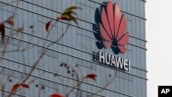 ARCHIVO: Logotipo de Huawei en uno de los edificios de la compañía en Dongguan, en la provincia china de Guangdong, el 6 de marzo de 2019.