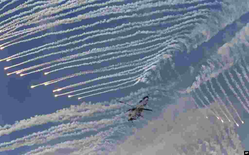 Helikopter angkatan bersenjata Korea Selatan, Surion, melepaskan tembakan dalam latihan gabungan militer Korea Selatan dan AS di Kawasan Pelatihan Seungjin di Pocheon, dekat perbatasan dengan Korea Utara.