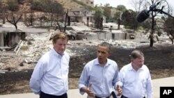 Presiden AS Barack Obama, didampingi oleh Walikota Colorado Springs Steve Bach (kiri) dan Doug Lamborn dari partai Republik dalam jumpa pers di lokasi kebakaran daerah Mountain Shadow , Colorado Spring (29/6).