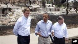 Tổng thống Barack Obama (giữa), Thị trưởng Colorado Springs Steve Bach (trái), và dân biểu Cộng hòa bang Colorado Doug Lamborn nói chuyện với các phóng viên báo chí tại Mountain Shadow nơi bị cháy rừng tàn phá, ngày 29 tháng 6, 2012