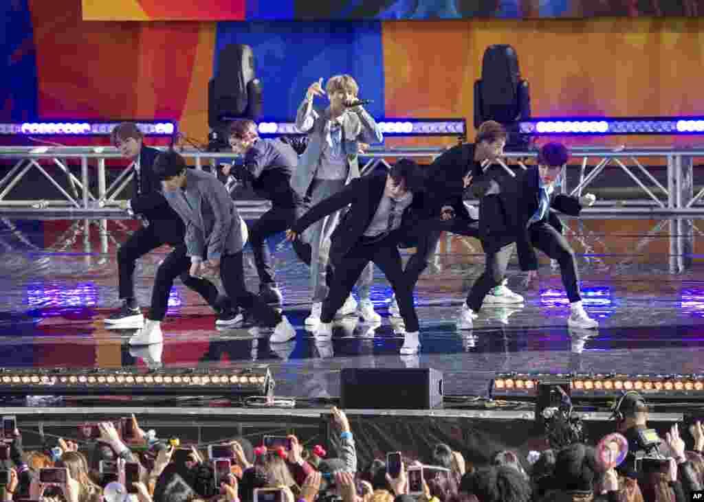 """گروه موسیقی """"بی تی اس"""" یکی از مشهورترین گروههای موسیقی کوریایی در برنامۀ """"صبح بخیر امریکا"""" در شهر نیویارک"""