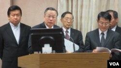 台灣國防部長嚴明(左二)等相關官員在立法院接受質詢(美國之音張永泰拍攝)