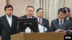 台湾国防部长严明(左二)等相关官员在立法院接受质询(美国之音张永泰拍摄)