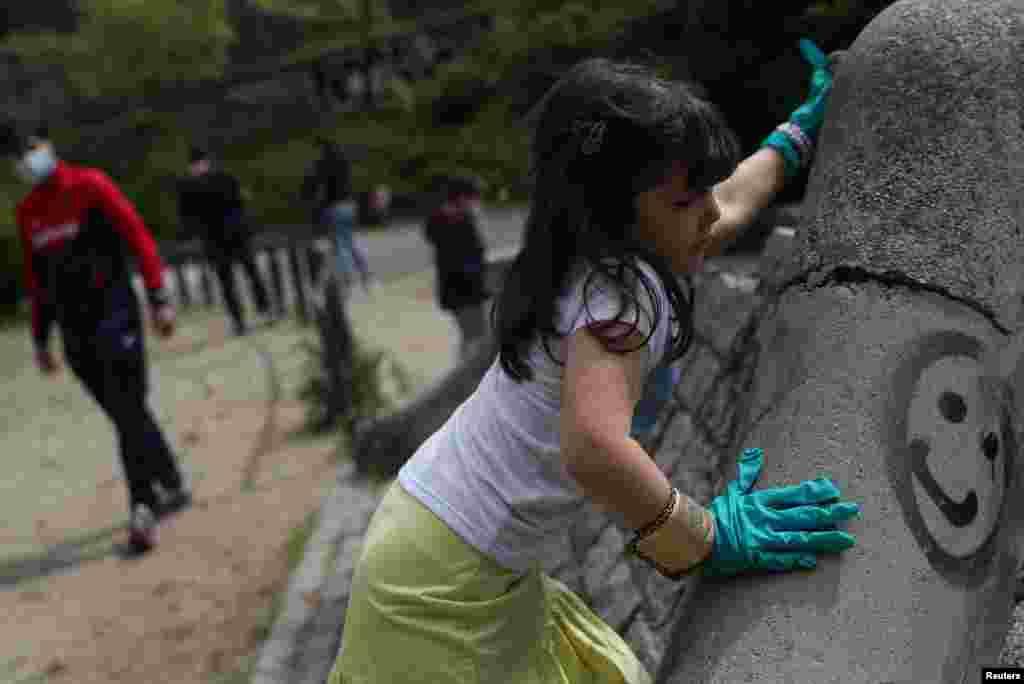 اسپین کے دارالحکومت میڈرڈ میں چھ ہفتوں کے طویل لاک ڈاؤن کے بعد بچوں کو بھی گھر سے باہر کھیلنے کی مشروط اجازت ملی ہے۔ انہیں گھر سے نکلنے سے قبل ماسک پہننے اور کھیل کے دوران بھی ماسک لگانے کی ہدایت جاری کی گئی ہے۔