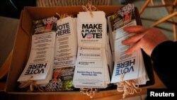 미국 뉴멕시코주 앨버키키에서 중간선거 투표 참여 권장 팜플렛이 보인다.