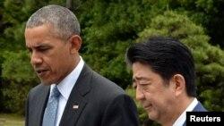 세계 주요 7개국 G7 정상회의 참석차 일본을 방문한 바락 오바마 미국 대통령(왼쪽)이 26일 아베 신조 일본 총리와 함께 식목행사에 참석했다. (자료사진)