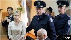 Policija odvodi bivšu ukrajinsku premijerku Juliju Timošenko posle izricanja presude, 11. oktobar 2011.