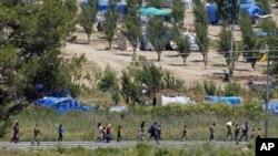 Syrian refugees enter Turkey near the Turkish village of Guvecci, June 23, 2011