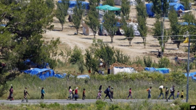 Syrian refugees enter Turkey near the Turkish village of Guvecci, June 23, 2011