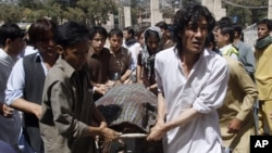 Pakistani Shi'ite Muslims carry the body of a person killed by gunmen at a local hospital in Quetta, Pakistan, September 1, 2012.