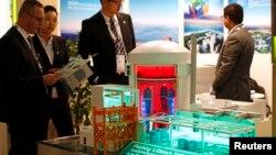 2014年10月14日,中國核工業集團公司在法國巴黎附近的熱布爾核能博覽會上展出的核電站模型。