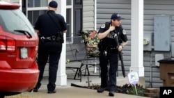 田纳西州纳什维尔警察在发生枪击事件的餐馆附近地区搜查