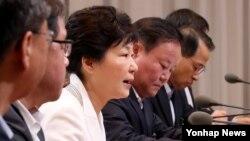 박근혜 한국 대통령이 11일 오전 청와대에서 열린 수석비서관회의를 주재하고 있다.