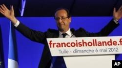 Presiden-terpilih Francois Hollande mengucapkan terimakasih kepada para pendukungnya di Tulle, Perancis tengah (6/5).