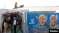 Des jeunes devant une boutique de fortune à Soweto, Johannesburg, Afrique du Sud, le 8 juin 2013