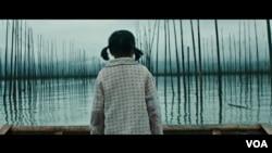 在2019年全球重大电影节上大有斩获的短片《珍珠》中被遗弃的女儿。