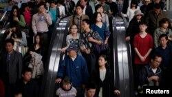 中國人民乘坐地鐵。