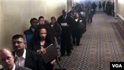 El desempleo continúa alto en Estados Unidos, aunque los economístas ven que menos empresas planean reducciones personal.