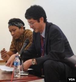 Sutradara 'Prison and Paradise' Daniel Rudi Haryanto (kiri) dan Direktur 'The Japan Foundation' Tadashi Ogawa.