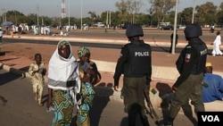 Petugas keamanan Nigeria berpatroli pada peringatan Idul Adha di ibukota Abuja (11/06)