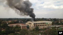Khói đen dầy đặc bốc lên từ tòa nhà khu thương xá Westgate ở Nairobi sau các vụ nổ hôm thứ Hai ngày 23/9/2013.