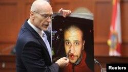 Don West, abogado de la defensa muestra una foto de su cliente, George Zimmerman, la noche en que murió el adolescente negro Trayvon Martin.