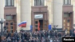 亲俄罗斯的抗议者聚集在乌克兰东部城市哈尔科夫的地区政府行政楼外。(2014年4月7日)