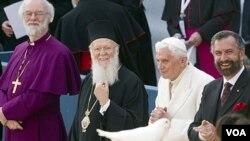 Paus Benediktus (kedua dari kanan) dengan para pemuka agama-agama lain dalam pertemuan lintasagama di Asisi, Kamis (27/10).