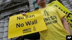 Một người biểu tình chống Tổng thống Donald Trump bên ngoài Toà Phúc thẩm vùng 9.
