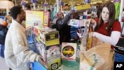 미국 일리노이주 장남감 가게에서 고객이 물건을 구매하고 있다. (자료사진)