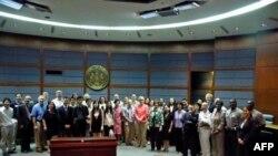 Chủ tịch Sharon Bulova và các nhà lãnh đạo người Mỹ gốc Á châu tại Trung tâm hành chánh Quận Fairfax, 6/8/2011